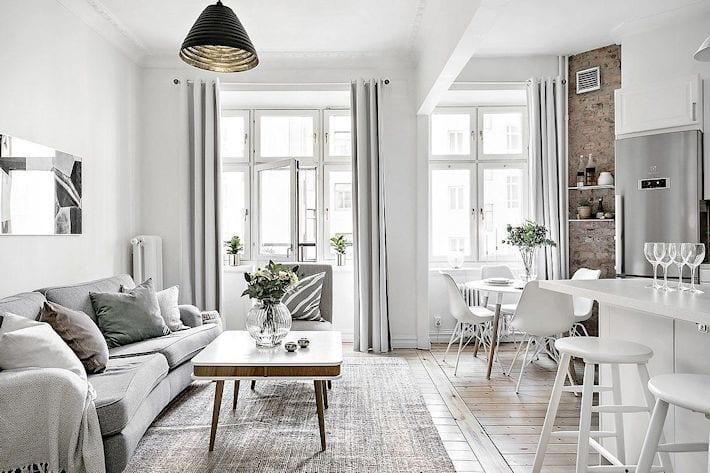 Salón blanco con parquet claro.