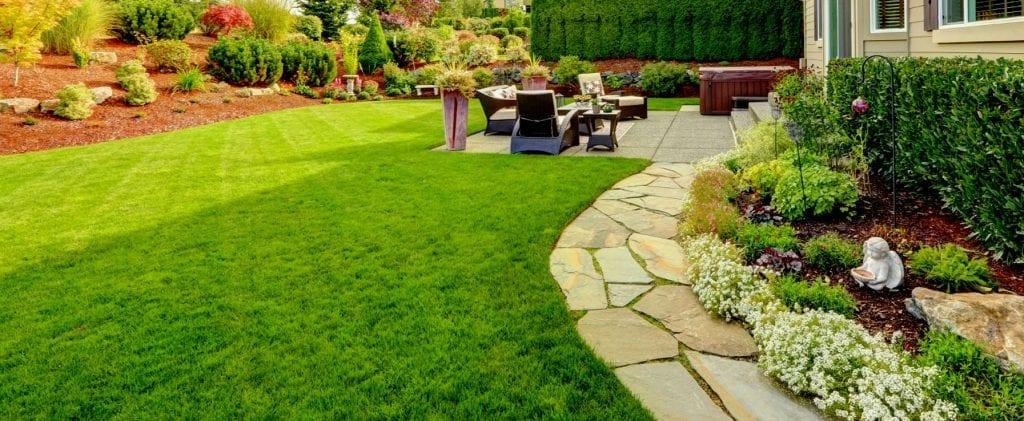 Cesped artificial en bello jardin