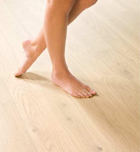 caminar descalzo por un parquet de madera es placentero.