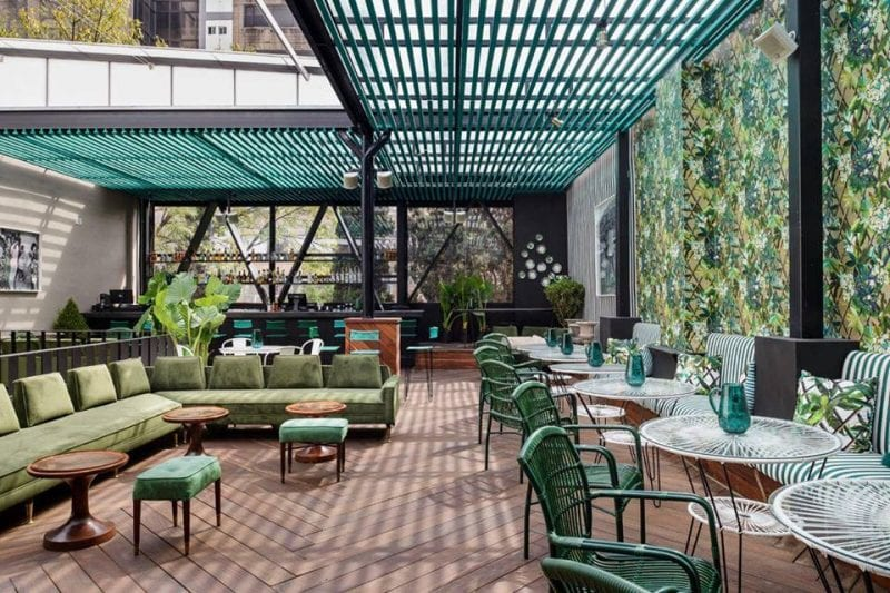Terraza vintage decorada con tarimas de exteriores